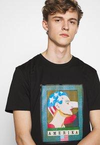 Iceberg - PETER BLAKE AMERICA  - Print T-shirt - nero - 3