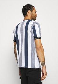 Kings Will Dream - VEDTON STRIPE TEE - T-shirt imprimé - black iris/white - 2