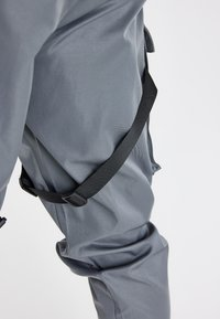 SIKSILK - COMBAT TECH CARGO PANTS - Cargo trousers - light grey - 5