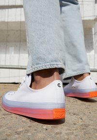 Converse - CHUCK TAYLOR ALL STAR STRETCH SLIP ON - Trainers - white/wild mango