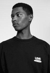 DRYKORN - EDDY LOVE - Print T-shirt - schwarz - 3