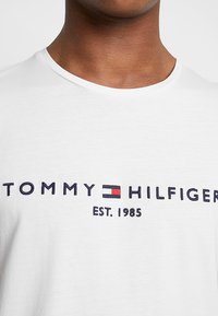 Tommy Hilfiger - LOGO TEE - Print T-shirt - white - 5