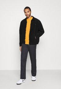 Caterpillar - SMALL LOGO TSHIRT - T-shirt basic - yellow - 1