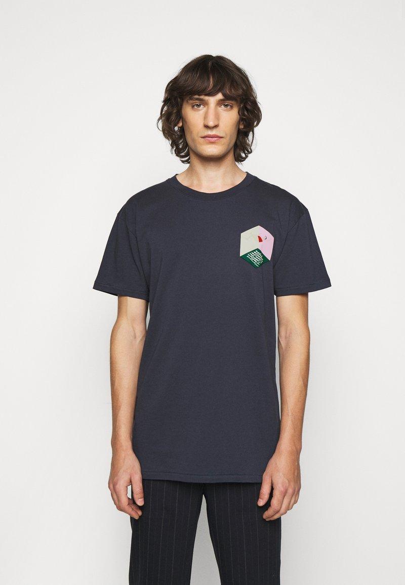 Henrik Vibskov - MAN IN BATHROOM TEE - T-shirt imprimé - dark blue / multi-coloured