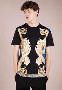 Versace Collection - T-shirt med print - black - 0