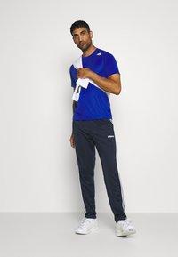 adidas Performance - T-shirt med print - royblu - 1