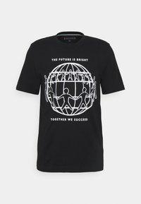 Tommy Hilfiger - ONE PLANET FRONT LOGO TEE UNISEX - T-shirt med print - black - 5