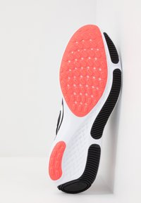 Nike Performance - REACT MILER - Obuwie do biegania treningowe - black/white/laser crimson/oil green - 4
