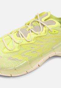 Reebok Classic - ZIG KINETICA II UNISEX - Sneakersy niskie - yellow - 4