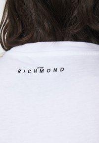 John Richmond - FEDERICK - Triko spotiskem - white - 4