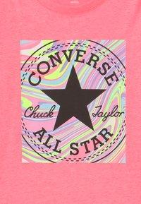 Converse - MARBLE CHUCK PATCHBOX TEE - T-shirt imprimé - pink - 2