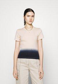 Levi's® - GRAPHIC RICKIE TEE - T-shirt z nadrukiem - white - 0