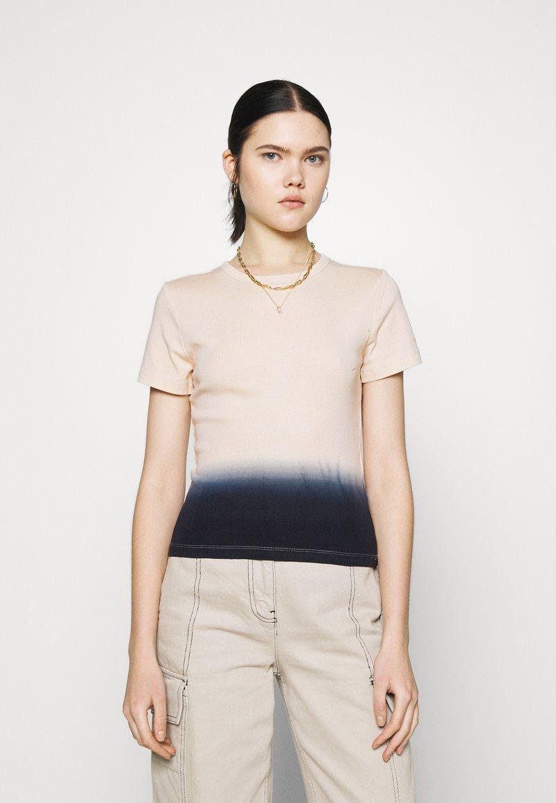 Levi's® - GRAPHIC RICKIE TEE - T-shirt z nadrukiem - white