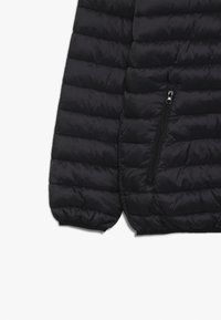 Guess - JUNIOR UNISEX PADDED PUFFER - Zimní bunda - jet black - 4