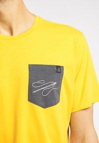 Haglöfs - MIRTH  - Print T-shirt - pumpkin yellow - 2