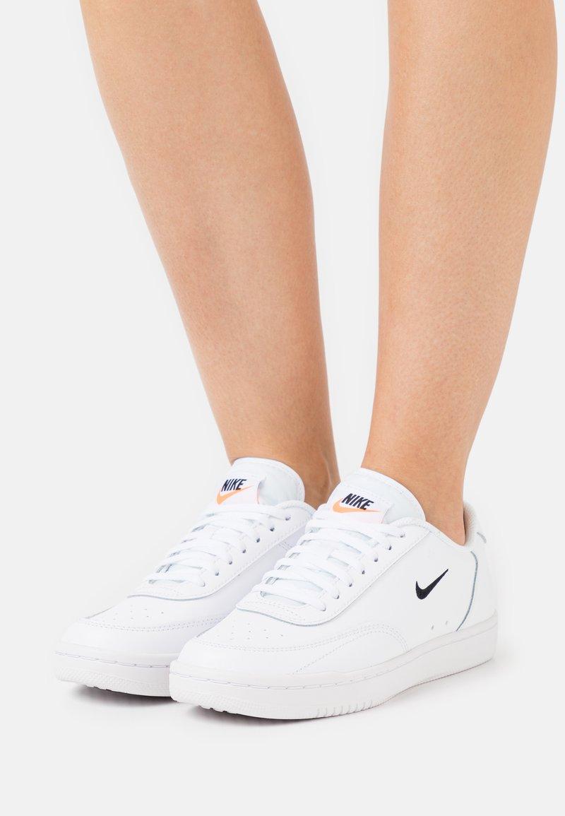 Nike Sportswear - COURT VINTAGE - Sneakers laag - white