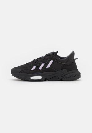 OZWEEGO  - Sneakersy niskie - core black/purple tint/footwear white
