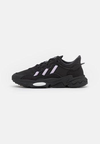 OZWEEGO  - Trainers - core black/purple tint/footwear white
