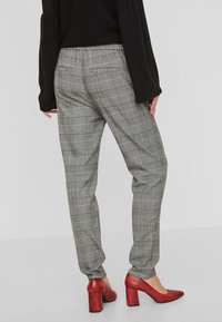 Vero Moda - CHEQUERED - Trousers - grey - 2