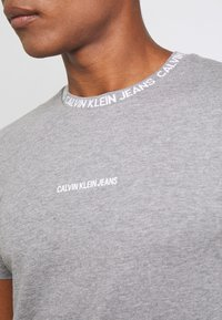 Calvin Klein Jeans - INSTITUTIONAL COLLAR LOGO - Triko spotiskem - mottled grey - 5