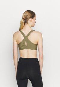 Roxy - HEROS  - Medium support sports bra - covert green - 2