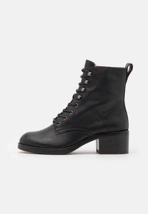 PATTI LACE UP BOOT - Šněrovací kotníkové boty - true black