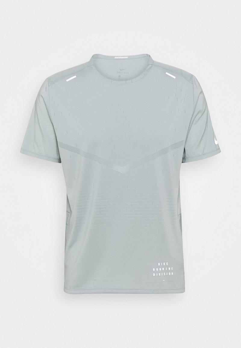 Nike Performance - RISE - T-shirts print - light pumice