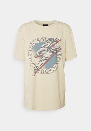ELLIE TEE - T-shirt med print - sand/electric