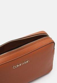 Calvin Klein - CAMERA BAG - Taška spříčným popruhem - cognac - 2