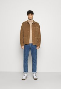 Tommy Hilfiger Tailored - FINE GAUGE LUXURY ROLL  - Jumper - pale camel heather - 1