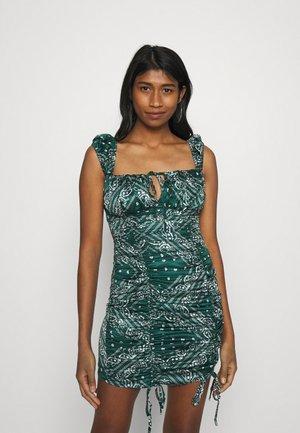PAISLEY CAP SLEEVE RUCHED MINI DRESS - Vapaa-ajan mekko - green