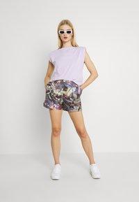 Nike Sportswear - FEMME - Shorts - ironstone/black/metallic gold - 1