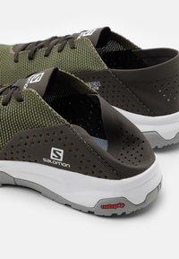 Salomon - TECH LITE - Obuwie do biegania Turystyka - deep lichen green/peat/alloy - 5