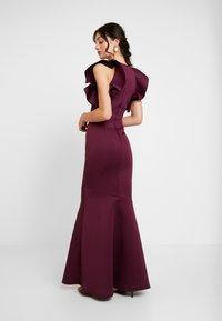True Violet - LABEL CUT OUT SHOULDER GOWN - Occasion wear - berry - 3