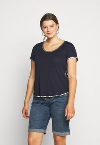 Vince Camuto Plus - SCOOP TEE - T-shirts print - dark blue - 0