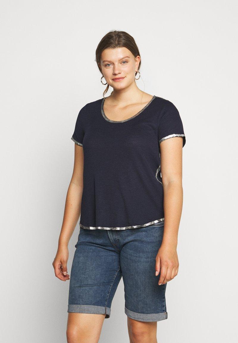 Vince Camuto Plus - SCOOP TEE - T-shirts print - dark blue