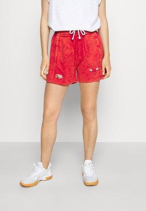 NBA CHICAGO BULLS WOMENS ACID WASH SHORT - Korte broeken - scarlet