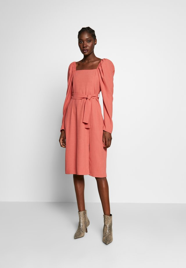SQUARE NECK BELTED MIDI DRESS - Day dress - cayenne