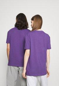 YOURTURN - UNISEX - T-shirt imprimé - purple - 2