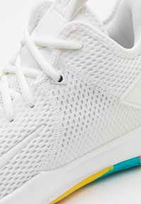 Nike Performance - LEBRON WITNESS IV - Basketbalové boty - summit white/opti yellow - 5