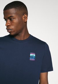adidas Originals - SPORTS INSPIRED SHORT SLEEVE TEE - T-shirt print - collegiate navy