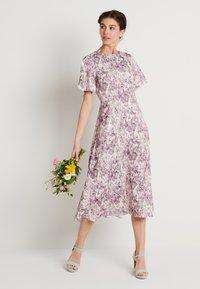 NA-KD - ZALANDO X NA-KD WIDE FLOWY SLEEVE MIDI DRESS - Denní šaty - purple - 1