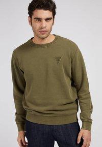 Guess - PATCH LOGO - Sweatshirt - grün - 0