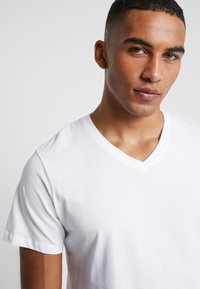 Jack & Jones - JORBASIC TEE V-NECK 3 PACK REGULAR FIT - T-Shirt basic - white//black/grey - 4