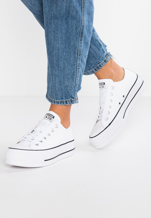 CHUCK TAYLOR ALL STAR LIFT CLEAN - Matalavartiset tennarit - white/black