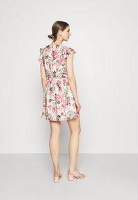 Vero Moda - VMGIGI SHORT DRESS - Kjole - birch/gigi with honey suckle - 2