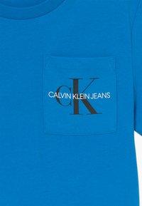 Calvin Klein Jeans - MONOGRAM POCKET  - Print T-shirt - blue - 3