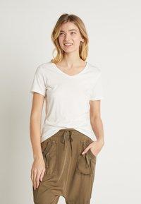 Cream - NAIA - T-shirts - off-white - 0