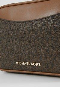 MICHAEL Michael Kors - JET SET XBODY - Umhängetasche - brown/acorn - 3