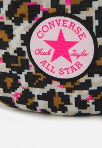 Converse - SLING PACK UNISEX - Bältesväska - digi leopard - 4